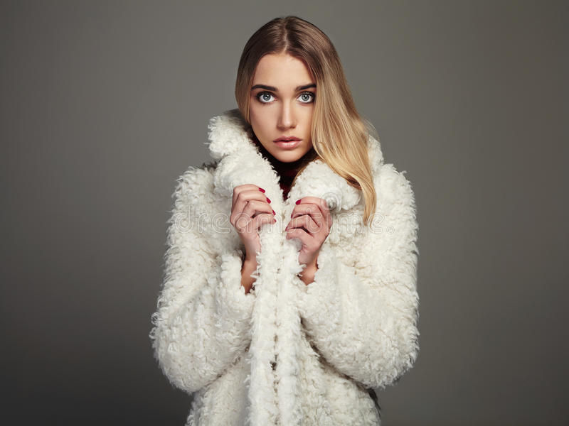 Молодая женщина красоты в моде зимы нося мех стоковое фото rf