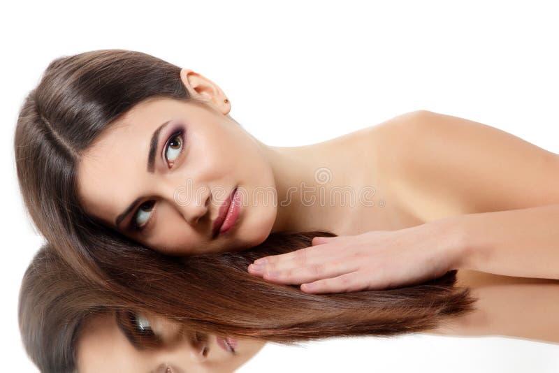 Молодая женщина красоты с красивыми длинными волосами брюнет стоковые фото
