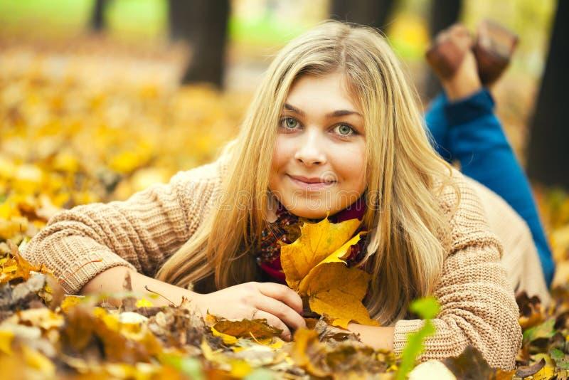 Молодая женщина кладя вниз на том основании стоковые изображения rf