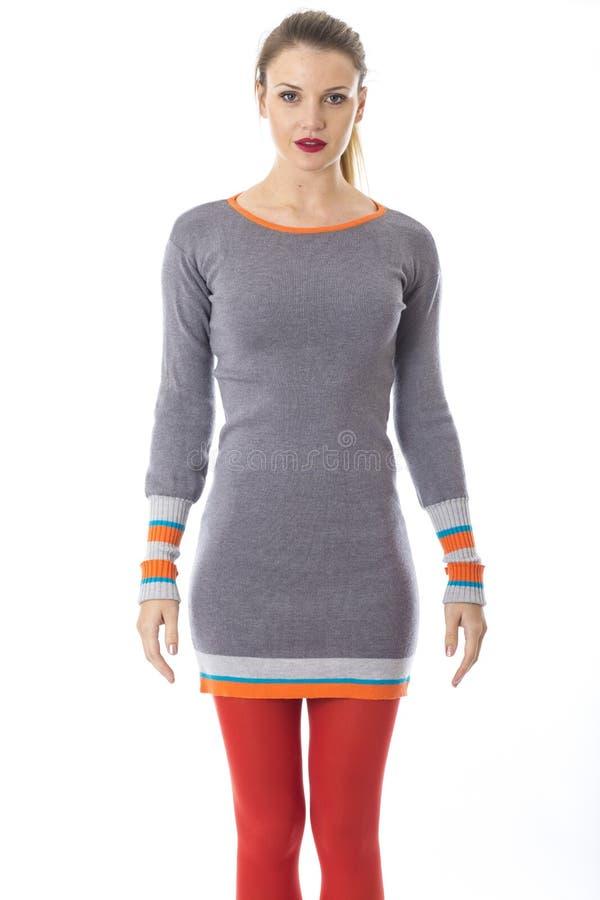 Молодая женщина моделируя платье моды стоковые изображения rf
