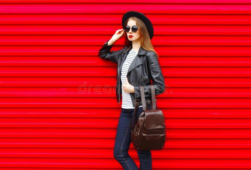 Молодая женщина моды в черном стиле утеса стоит над пустым красным цветом стоковые изображения rf