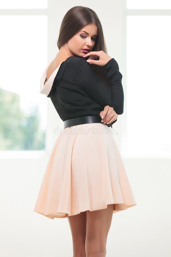 Молодая женщина моды рассматривает плечо стоковые фотографии rf