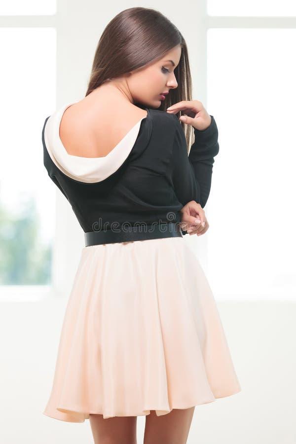 Молодая женщина моды смотрит ее плечо стоковые фотографии rf