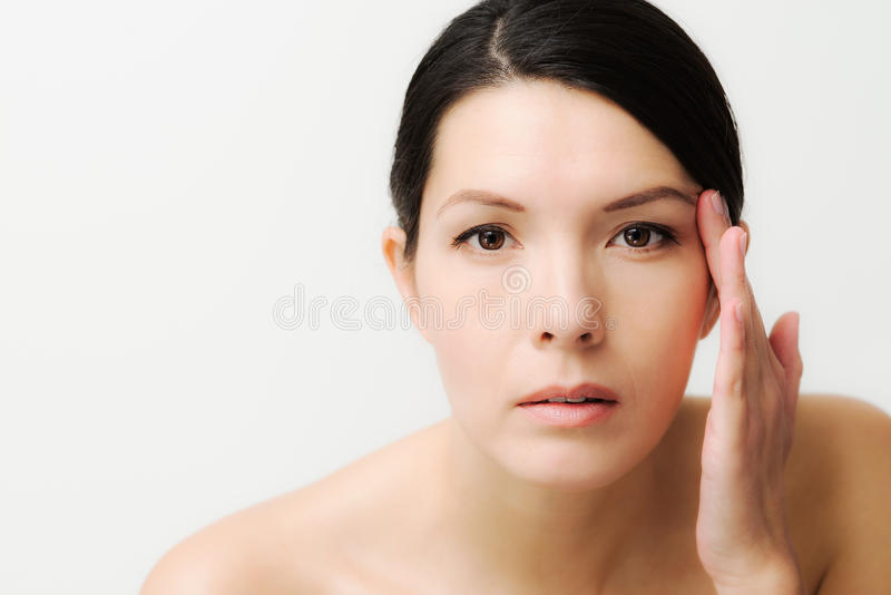 Молодая женщина наблюдающ лицевыми морщинками стоковая фотография rf
