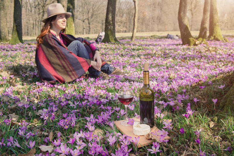 Молодая женщина наслаждаясь красным вином outdoors стоковое фото rf