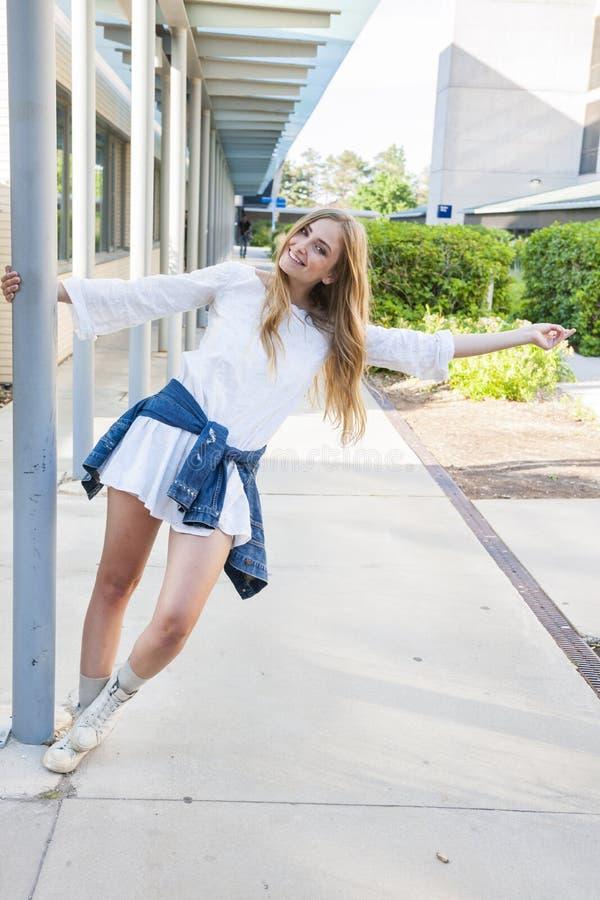 Молодая женщина на кампусе стоковые фото