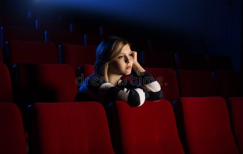 Молодая женщина на кино стоковое фото rf