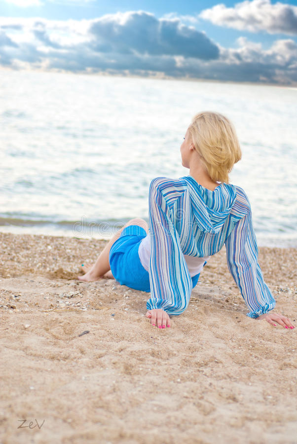 Download Молодая женщина на пляже стоковое фото. изображение насчитывающей каникулы - 33732932