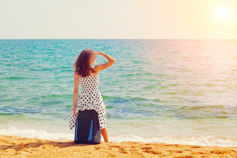 Download Молодая женщина на пляже стоковое изображение. изображение насчитывающей беспечально - 41653295