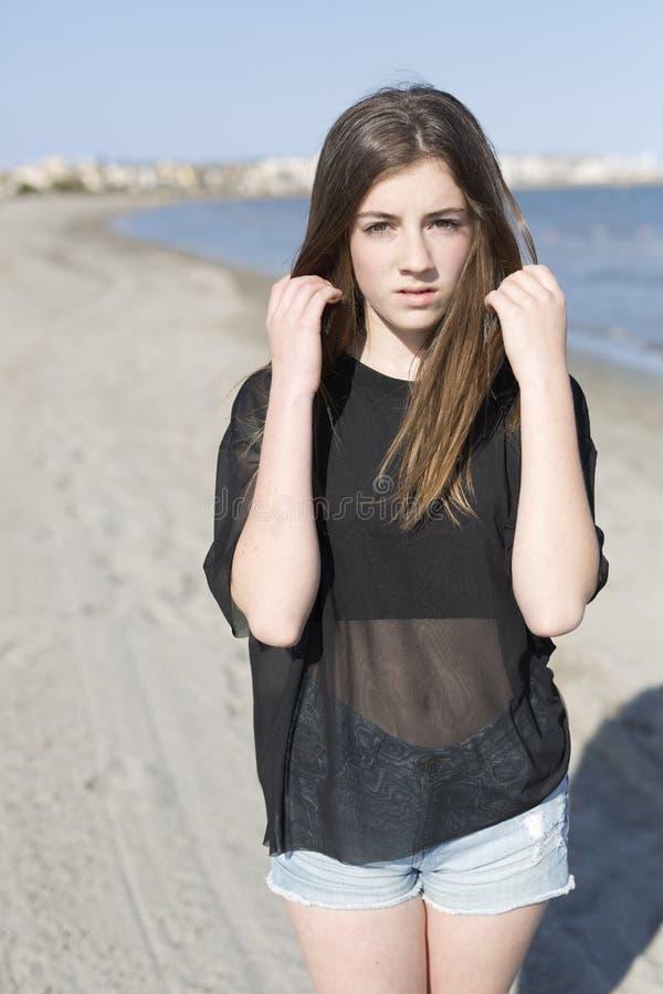 Молодая женщина на пляже стоковое фото