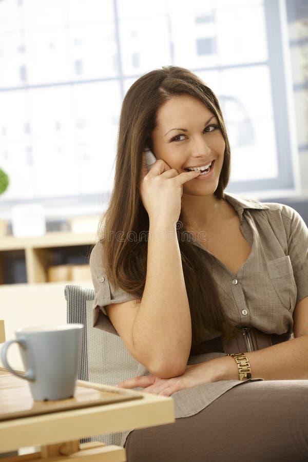 Молодая женщина на телефонном звонке стоковые фото