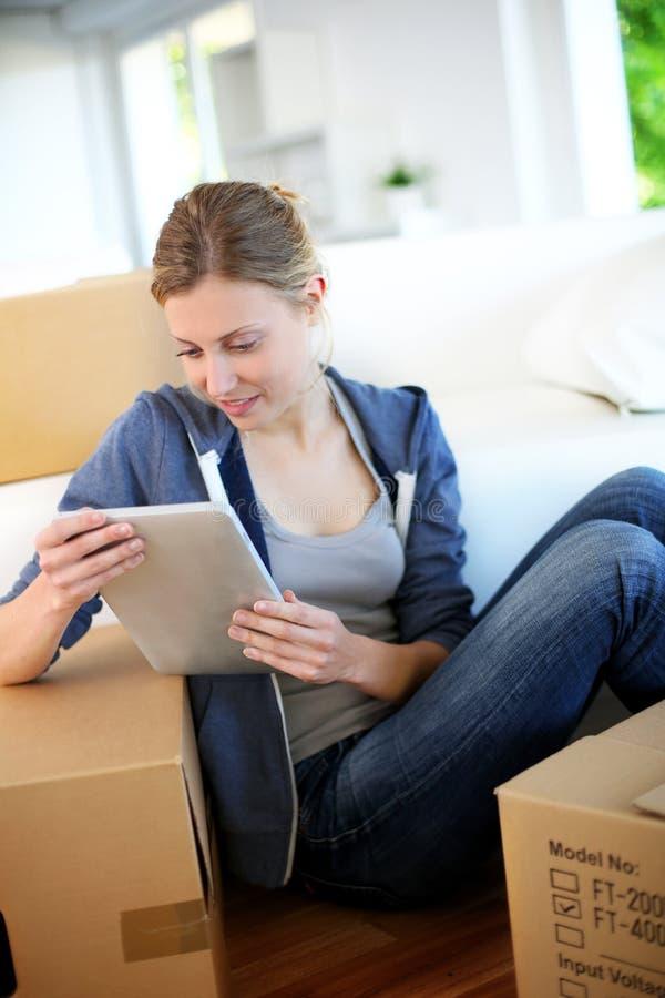 Молодая женщина недавно двинула в новую квартиру стоковые изображения rf