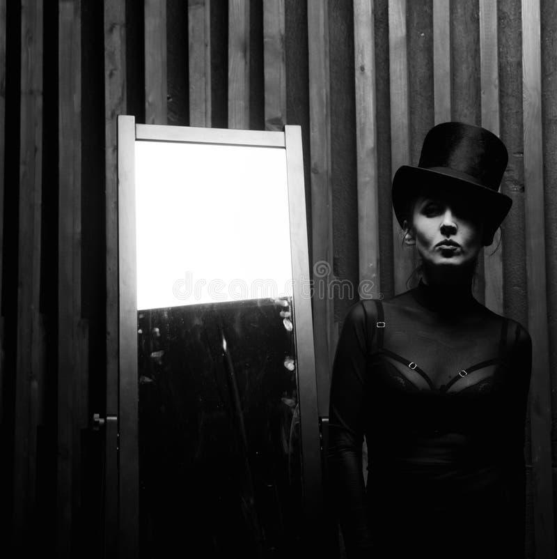 Молодая женщина нося высокую шляпу стоковые фото