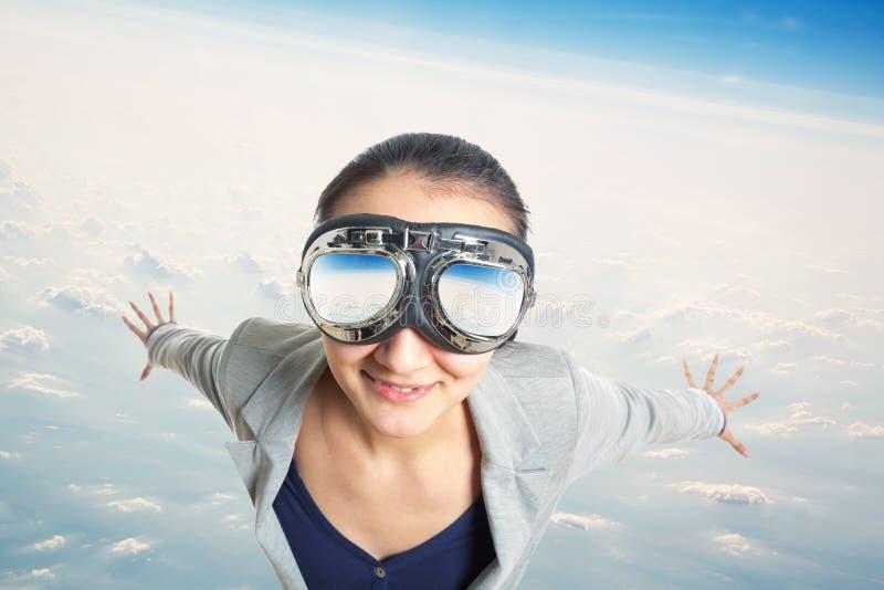 Молодая женщина нося в изумлённых взглядах авиатора стоковое фото