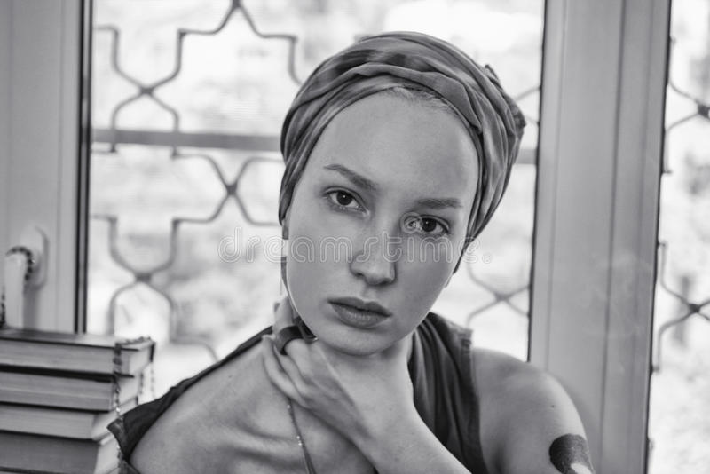 Молодая женщина нося головной платок стоковая фотография rf