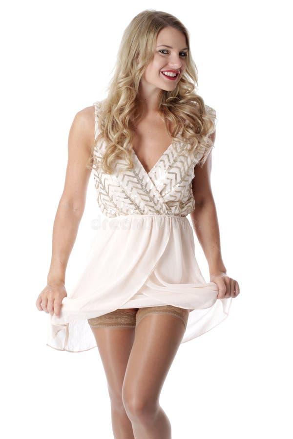 Молодая женщина нося отвесное хрупкое платье стоковая фотография