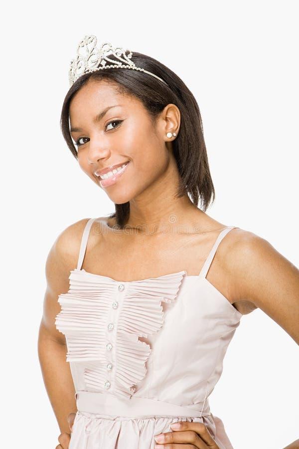 Молодая женщина нося тиару стоковое фото rf