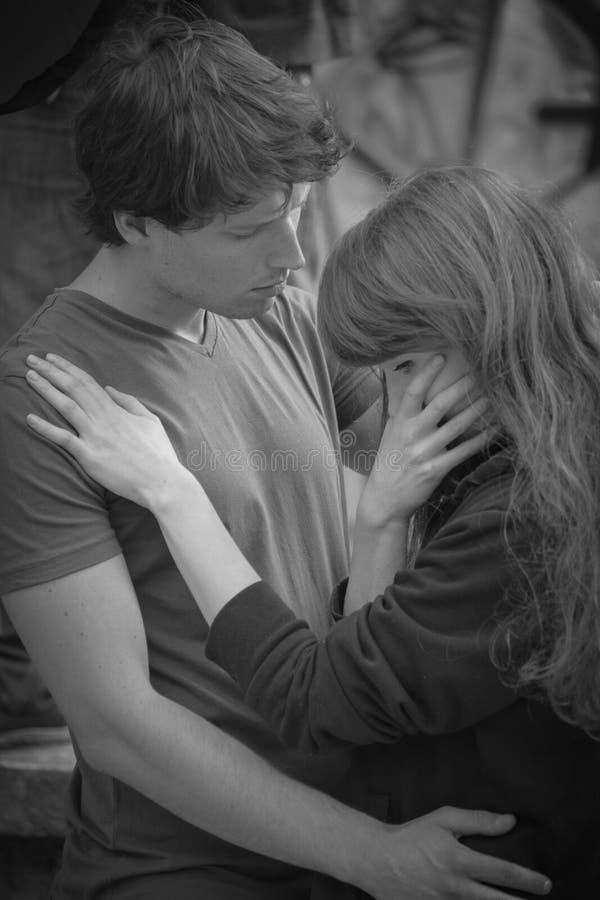 Молодая женщина обнимая ее супруга стоковое фото rf