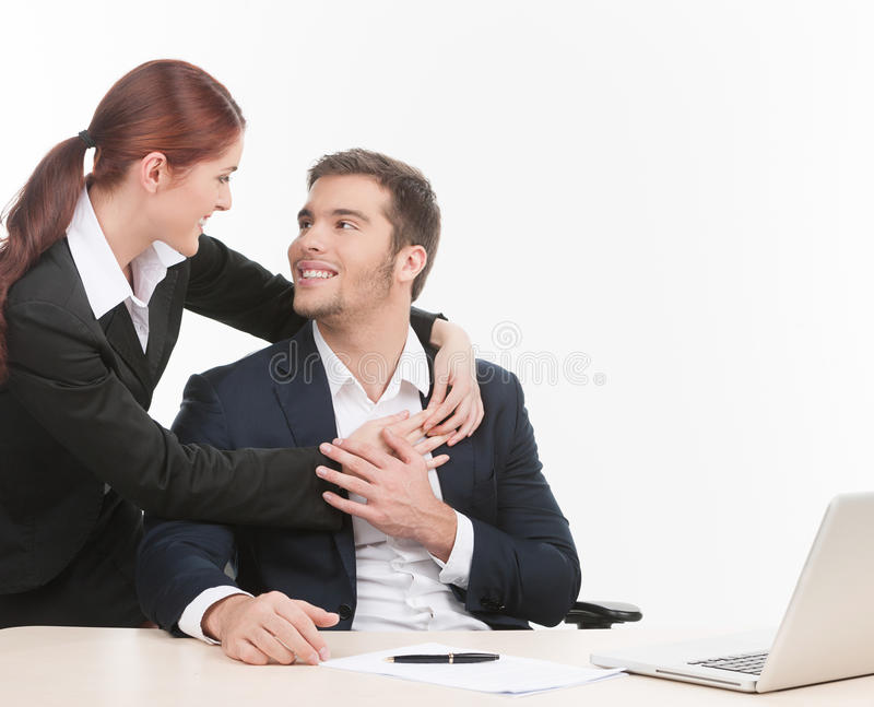 Молодая женщина обнимая красивого человека. стоковые фотографии rf