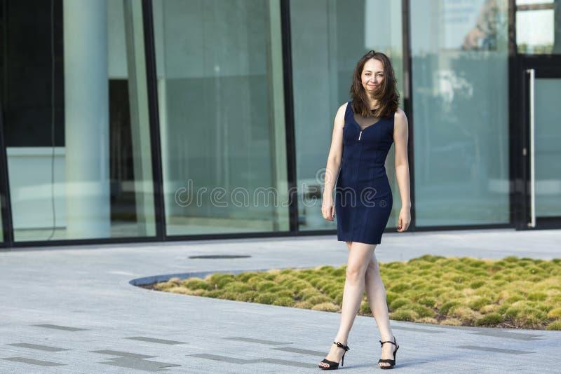 Молодая женщина около делового центра стоковая фотография rf