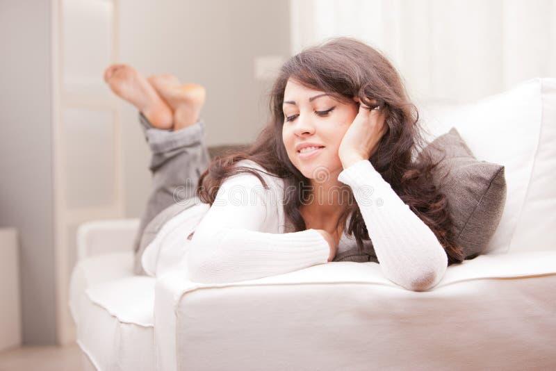 Молодая женщина ослабляя и думая стоковые изображения rf