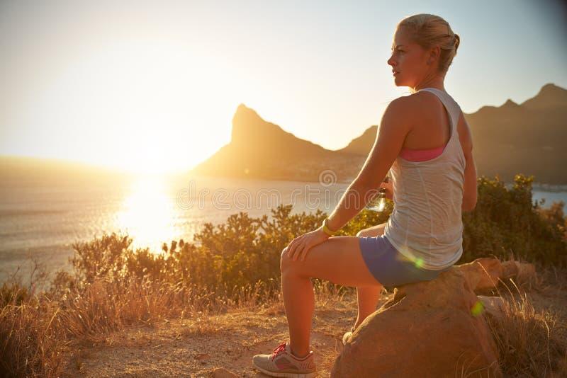 Молодая женщина отдыхая после jogging стоковые изображения