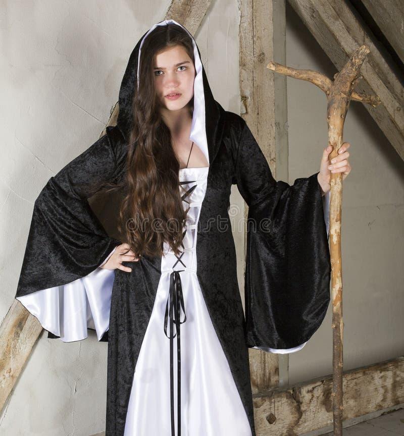 Молодая женщина одетая как ведьма стоковое фото rf