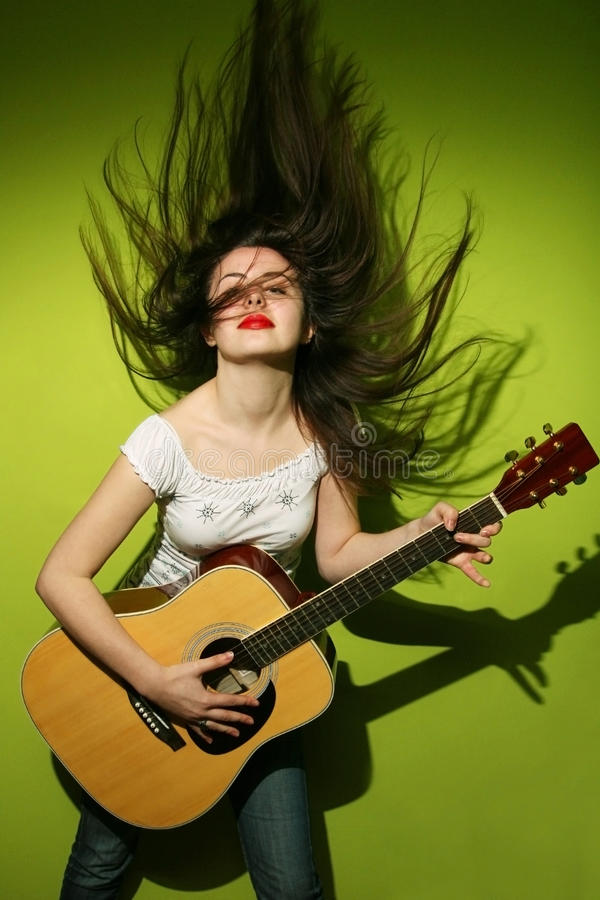 Download Молодая женщина одичало играя гитару Стоковое Фото - изображение насчитывающей green, волосы: 41655710
