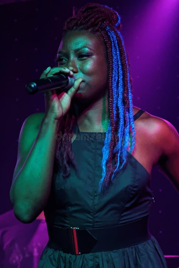 Молодая женщина поет в клубе французского квартала стоковые изображения