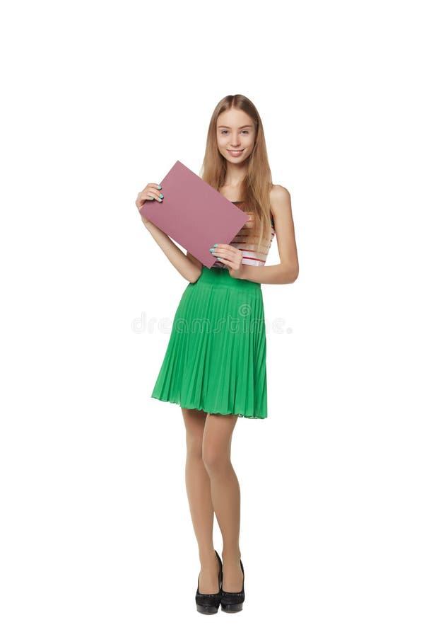 Молодая женщина позади, держащ пустое знамя доски рекламы, сверх стоковые изображения