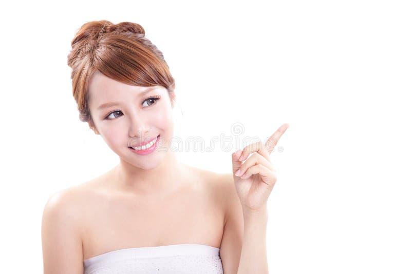 Молодая женщина показывая продукт красоты стоковые фото