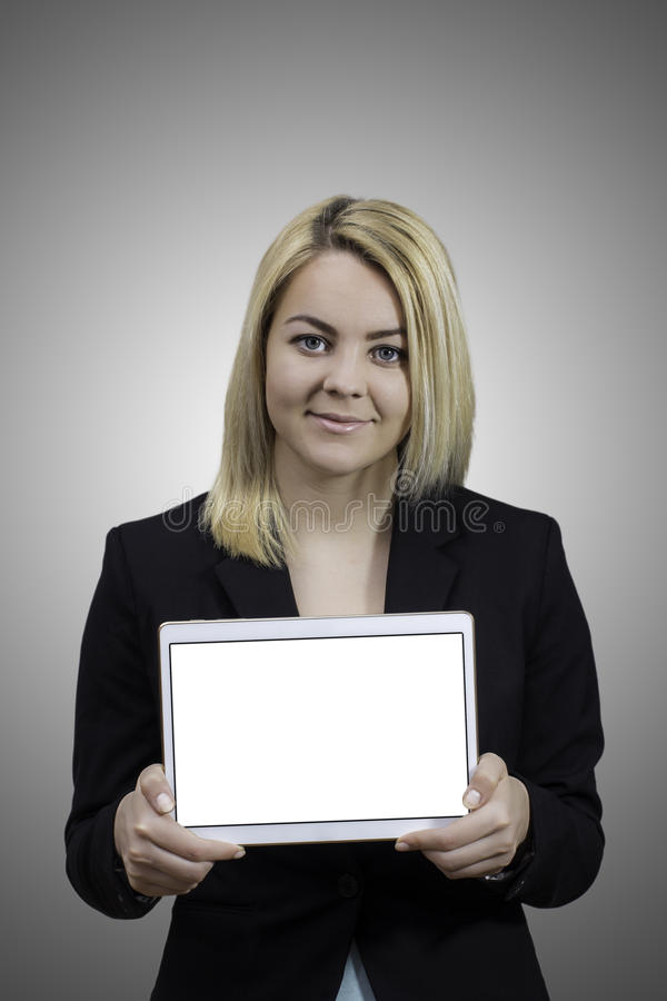 Молодая женщина показывая пустую таблетку стоковые фото