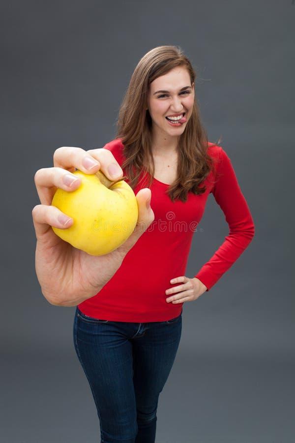 Молодая женщина потехи красивая для внимания на здоровье и диете стоковая фотография rf
