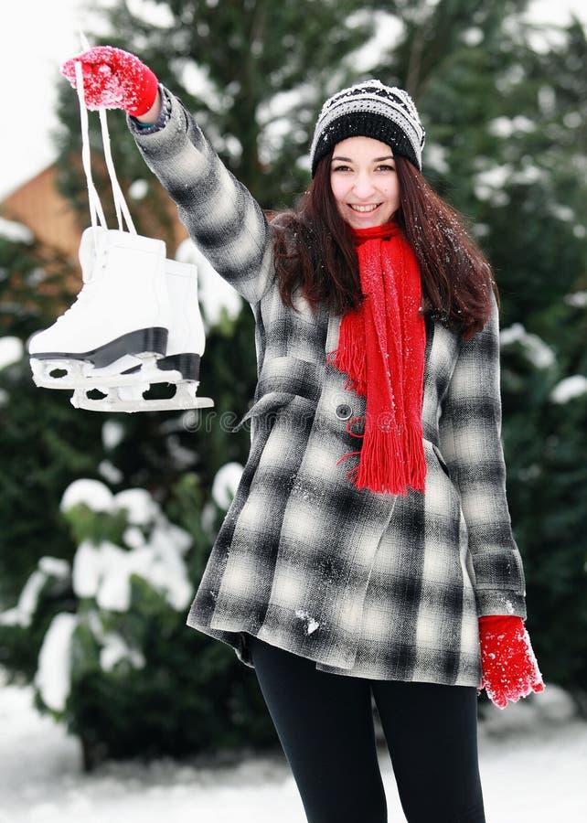 Молодая женщина подготавливает бросая снежный ком стоковое фото rf