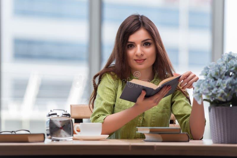 Молодая женщина подготавливая для экзаменов школы стоковое изображение rf