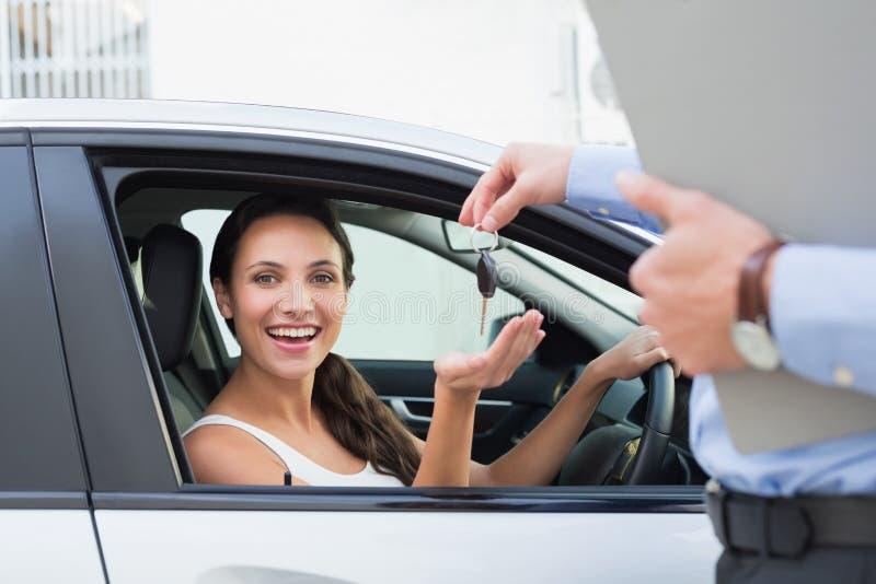 Молодая женщина получая ее ключ стоковые изображения rf