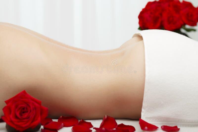 Молодая женщина получая шведские глубокие красные розы массажа ткани стоковая фотография