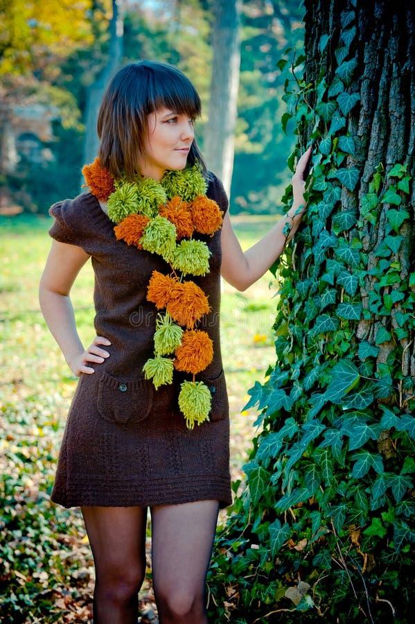 Молодая женщина представляя внешнее одетое в handmade платье стоковые фото