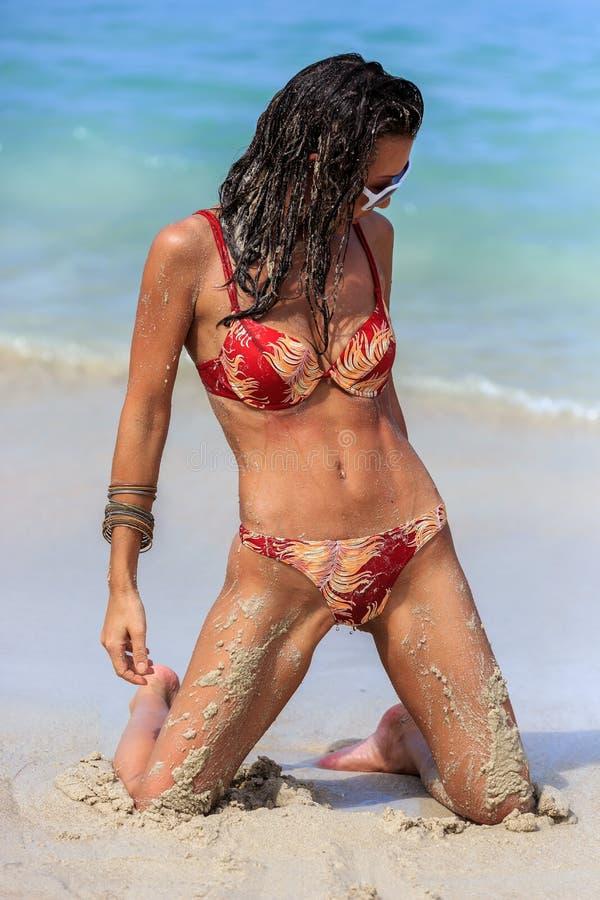 Молодая женщина представляя на пляже стоковые изображения rf