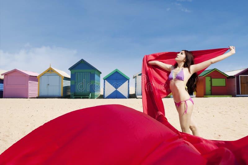Молодая женщина представляя с красной тканью стоковые изображения rf