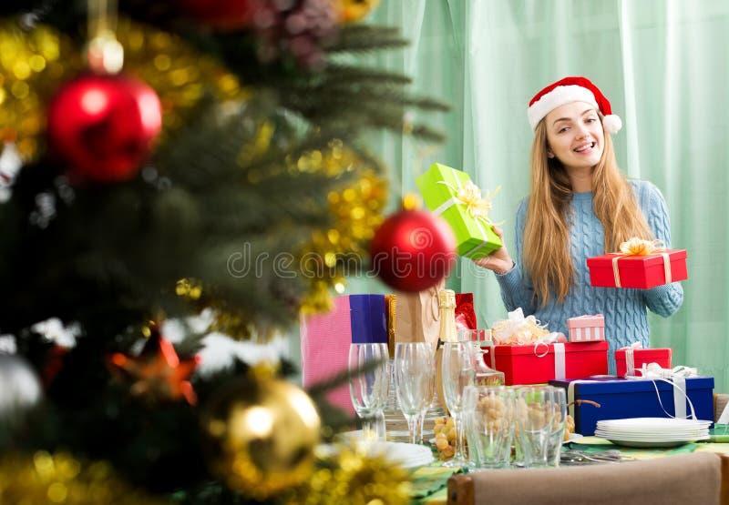 Молодая женщина представляя с подарками рождества стоковые изображения rf