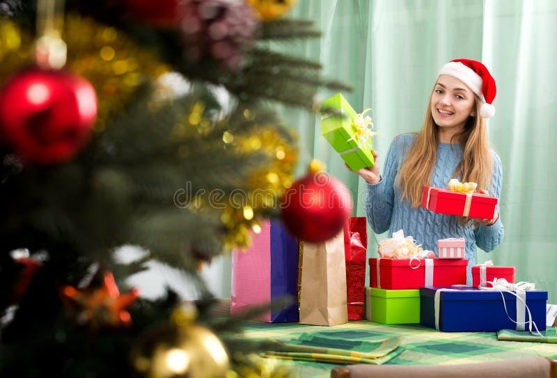 Молодая женщина представляя с подарками рождества стоковая фотография