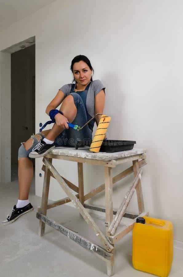 Молодая женщина принимая пролом от восстанавливать стоковое фото rf