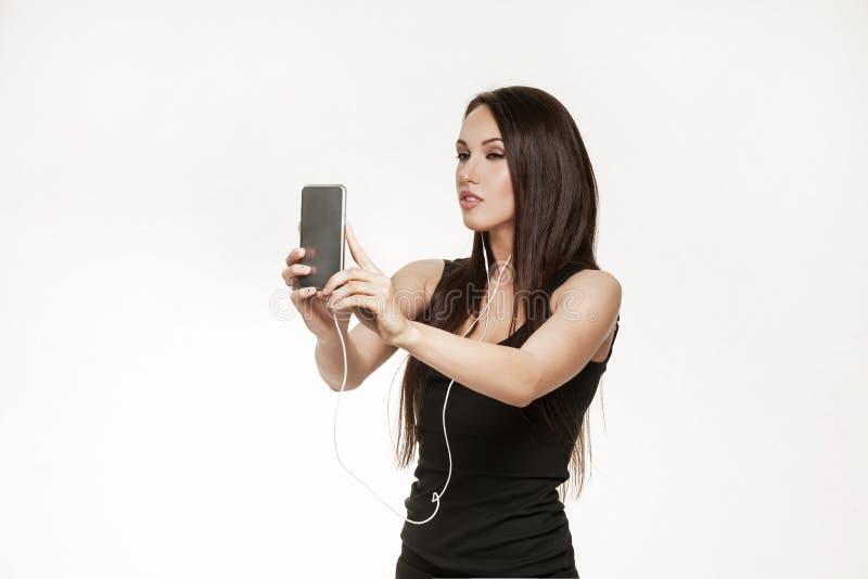 Молодая женщина принимая selfie на спортзал стоковая фотография rf