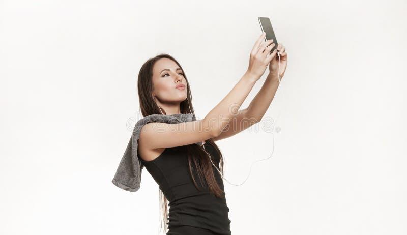 Молодая женщина принимая selfie на спортзал стоковое изображение rf