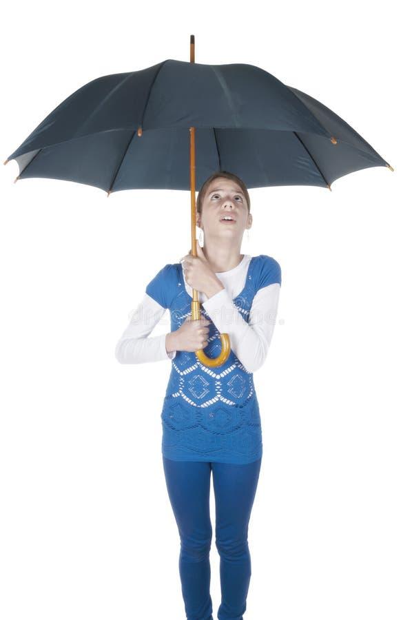 Молодая женщина при зонтик смотря вверх стоковые фотографии rf