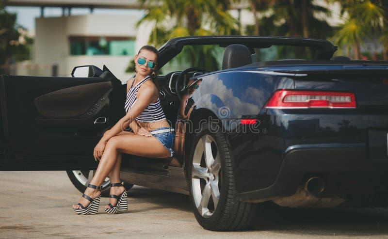 Молодая женщина путешествуя автомобилем города Америки стоковое фото rf