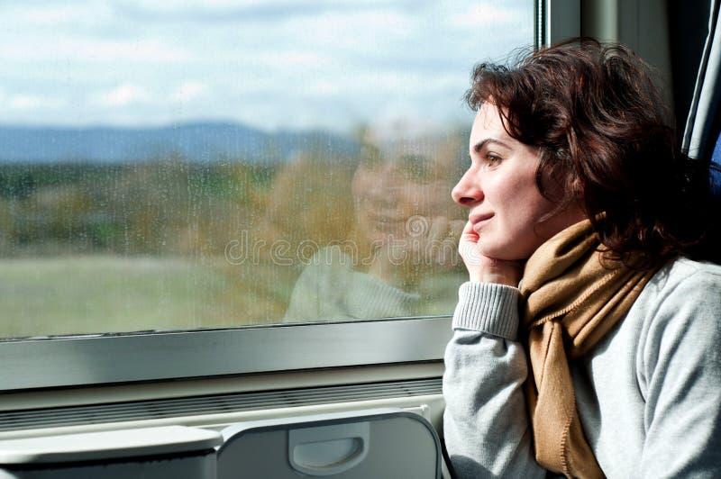 Молодая женщина путешествуя поездом стоковые фото