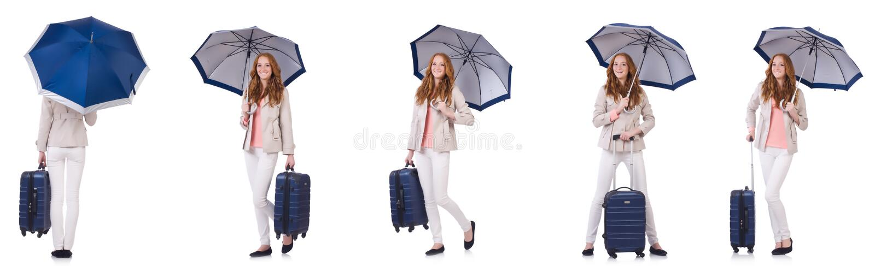 Молодая женщина путешествуя при чемодан и зонтик изолированные на wh стоковые фото