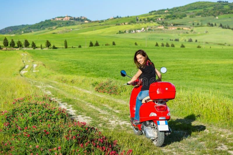 Молодая женщина путешествуя самокатом стоковая фотография